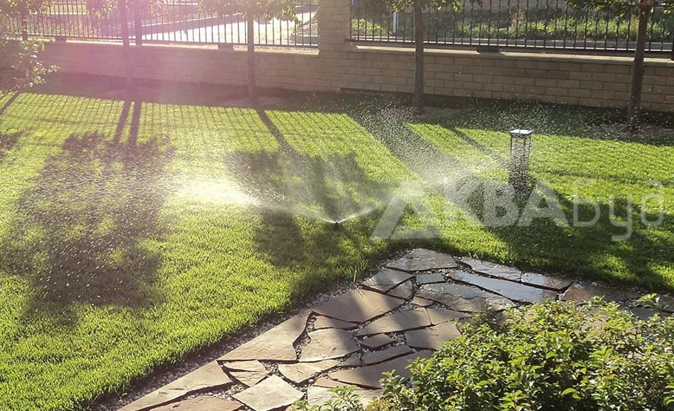 Автополив газона у дома
