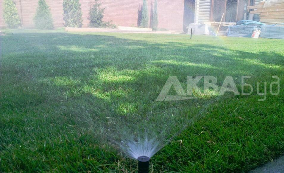 Автоматический полив газона перед домом спрейного типа