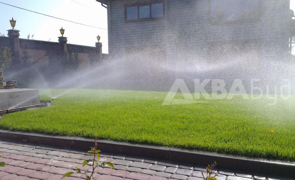 Автоматический полив лужайки перед домом
