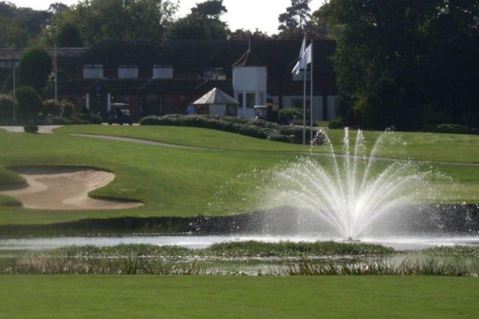 Аэрационный фонтан для водоема Equinox от компании Otterbine для гольф полей