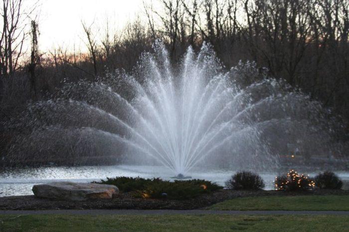 Аэратор Equinox от компании Otterbine Фонтан для водоема