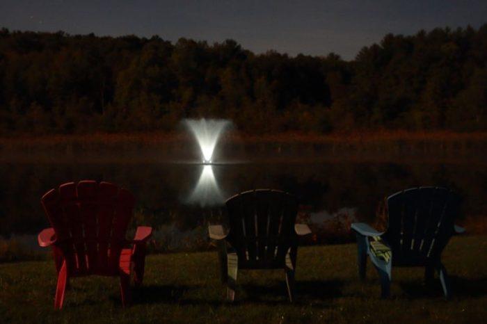 Аэрационный фонтан Gemini с подсветкой в ночное время