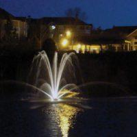 Аэрационный фонтан Genesis от компании Otterbine в ночное время