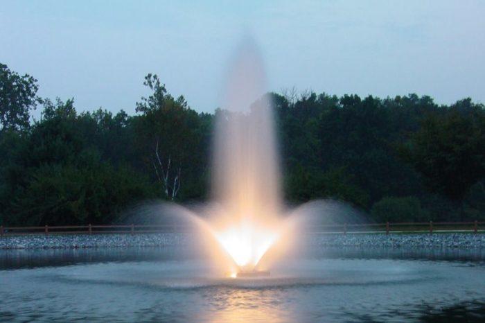 Аэрационный фонтан Phoenix от компании Otterbine с подсветкой