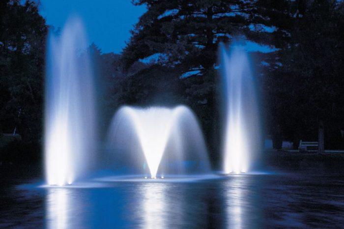 Аэрационный фонтан Rocket от компании Otterbine с подсветкой в ночное время