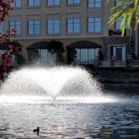 Аэрационный фонтан Sunburst от компании Otterbine на фоне здания