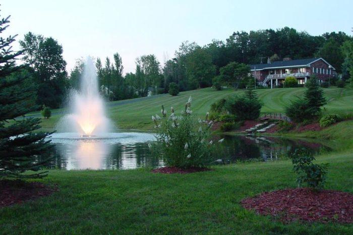 Аэрационный фонтан Tristar от компании Otterbine с подсветкой