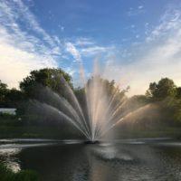 Большой аэрационный фонтан Equinox от компании Otterbine в сумерках