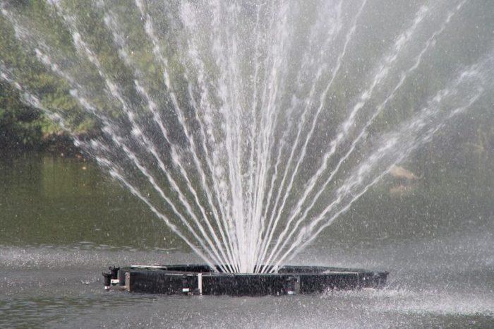Большой аэрационный фонтан Equinox от компании Otterbine видимая часть конструкции над водой